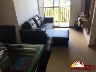 Una sala de estar llena de muebles y una ventana en Apartamento ParaVenta