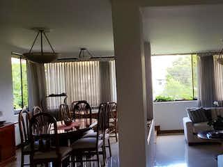 Una sala de estar llena de muebles y una ventana en AVILA II