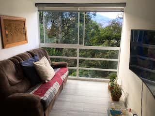 Una sala de estar llena de muebles y una ventana en Apartamento en venta en María Auxiliadora, 52mt