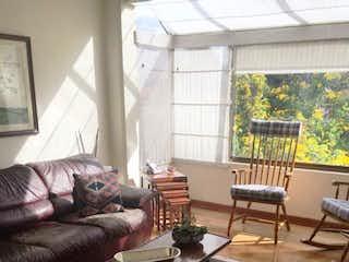 Una sala de estar llena de muebles y una mesa de café en Apartamento En Venta En Bogota Colinas De Suba