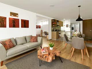 Una sala de estar llena de muebles y una mesa en Modigliani Club Res.