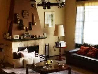 Una sala de estar con una mesa y sillas en Casa En Venta En Bogota Santa Ana Occidental