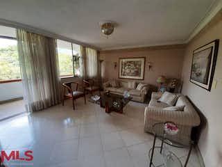 Una sala de estar llena de muebles y una ventana en El Conquistador