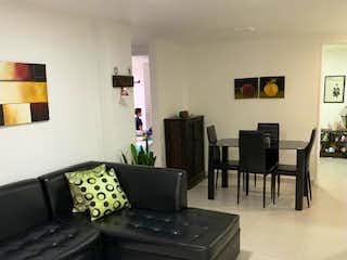 Una sala de estar llena de muebles y una chimenea en Edificio Arbores