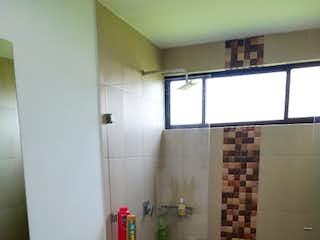 Un cuarto de baño con lavabo y ducha en Venta Casa Campestre, Tabio