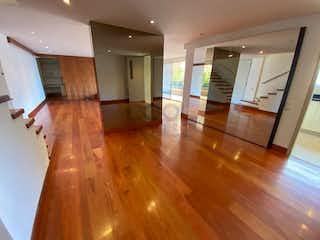 Una gran sala de estar con suelos de madera dura en Apartamento en venta en La Cabrera de tres habitaciones