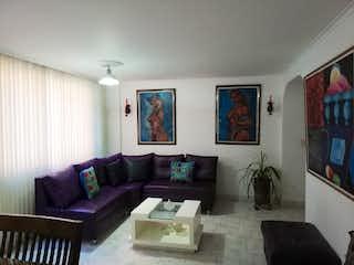 Una sala de estar llena de muebles y una televisión de pantalla plana en copihue
