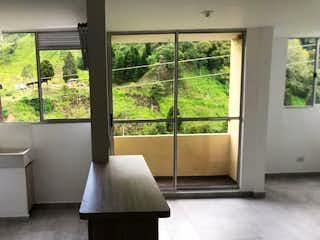 Una cama blanca sentada en una habitación junto a una ventana en URB FELICITY