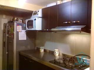 Una cocina con lavabo y microondas en TORRES DE VALBUENA