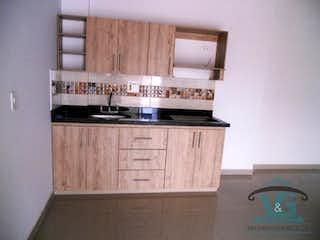 Una cocina con lavabo y microondas en EDIFICO OASIS