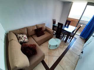 Una sala de estar llena de muebles y una gran ventana en unidad Luna del bosque