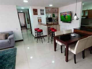Una sala de estar llena de muebles y una mesa en Saltamontes