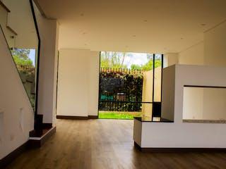 Una cocina con nevera y una ventana en Frutales