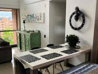 Una foto en blanco y negro de una sala de estar en Saltamontes