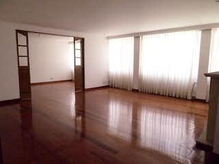 Una sala de estar con un suelo de madera y una ventana en Apartamento en venta en La Cabrera de 176m2