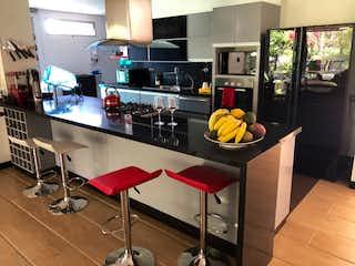 Una cocina con una mesa con un tazón de fruta en ella en Casa campestre en venta en Llanogrande, 380mt con terraza