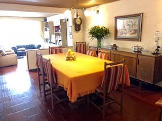 Una habitación con una mesa y una mesa en Venta de casa en Bogota Estrella del Norte