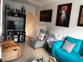 Una sala de estar llena de muebles y una televisión de pantalla plana en Casa en venta en Norteamérica, 110mt de dos niveles