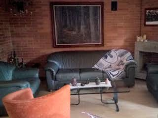 Una sala de estar llena de muebles y una chimenea en JARDINES DE LA CALERA