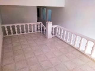 Una cama blanca en una habitación blanca con paredes blancas en Casa en venta en La Mansión de 220mts