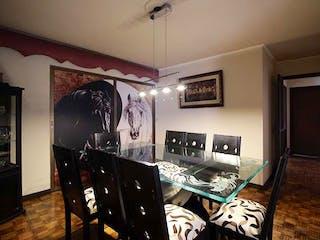 Una sala de estar llena de muebles y una ventana en Apartamento en venta en La Candelaria de cinco alcobas