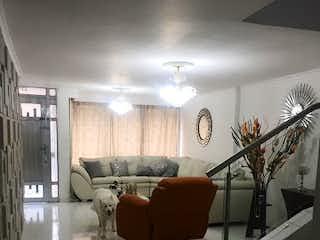 Una sala de estar llena de muebles y un reloj en Casa en venta en Santa Mónica, 326mt de dos nivles