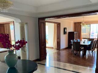 Una sala de estar llena de muebles y una mesa en ED EL PINAR