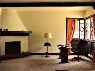 Una sala de estar llena de muebles y una chimenea en Casa En Venta En Niza de 786m2