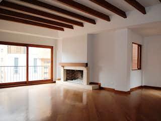 Una sala de estar llena de muebles y una chimenea en Torreladera