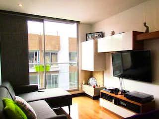 Una sala de estar llena de muebles y una televisión de pantalla plana en Apartamento en Bogota Cedritos - con dos balcones