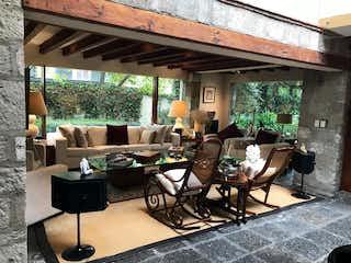 Una sala de estar llena de muebles y una ventana en Casa en venta en Paseo de las Lomas, 750mt de dos niveles