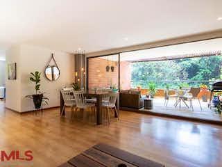 Una sala de estar llena de muebles y una gran ventana en Cipres De La Calera