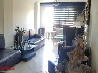 Una sala de estar llena de muebles y una gran ventana en Rincón de Santa Monica