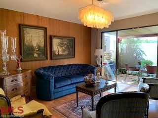 Una sala de estar llena de muebles y una ventana en Avalon