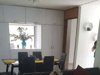 Una sala de estar llena de muebles y una televisión de pantalla plana en Apartamento en venta en  La América, 90mt