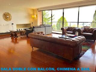 Una sala de estar llena de muebles y una gran ventana en Apartamento en venta en Barrio Niza de tres habitaciones