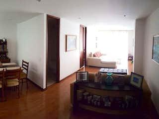 Una sala de estar llena de muebles y una televisión de pantalla plana en Apartamento en venta en El Cortijo de una habitacion