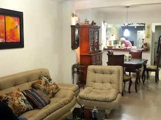 Una sala de estar llena de muebles y una televisión de pantalla plana en Casa en venta en Doce de Octubre No.1, 72mt