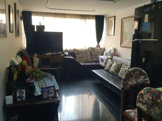 Una sala de estar llena de muebles y una televisión de pantalla plana en Apartamento en venta en Suba Rincón de 56m2