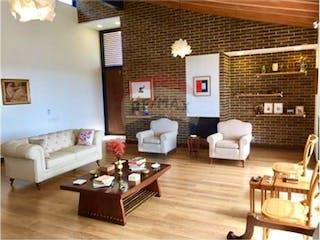 Una sala de estar llena de muebles y una chimenea en Casa en venta en Las Palmas, de 1460mtrs2