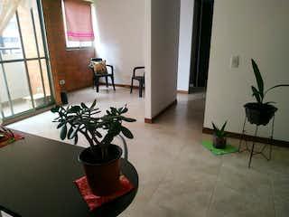 Una planta en maceta sentada sobre la mesa en la habitación en Apartamento en venta en Las Brisas de dos habitaciones