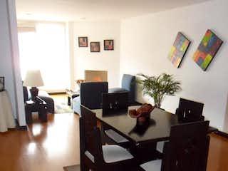 Una sala de estar llena de muebles y un estante de libros en Apartamento En Venta En Bogota Cedro dos balcones en la alcoba principal