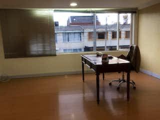 Una mesa de madera y sillas en una habitación en Casa En Bogota Normandia- 4 alcobas