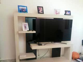 Una sala de estar con una televisión y un sofá en ROCIO DE LA MAÑANA