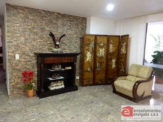 Una sala de estar llena de muebles y una chimenea en SKALEA