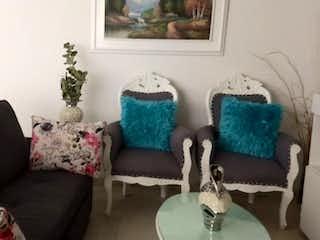Una sala de estar llena de muebles y un sofá en Apartamento en venta en Boston de tres habitaciones