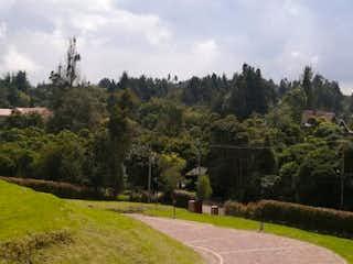 Una vista panorámica de un valle con árboles en el fondo en Lote En Venta En Chia Lagos De Yerbabuena