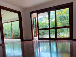 Una vista de una sala de estar con un gran ventanal en Casa En Venta En Lagos de Torca de 900m2