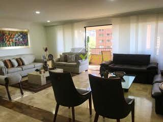 Una sala de estar llena de muebles y una televisión de pantalla plana en Apartamento en Venta Poblado La Asomadera