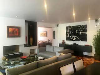 Una sala de estar llena de muebles y una televisión de pantalla plana en Apartamento En Venta En Bogota Antiguo Country
